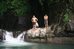Jugendliche baden im Flusspool