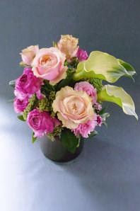 フラワーギフト・花・お祝い・誕生日 特徴的なバラを使ったしっとり落ち着いたアレンジ