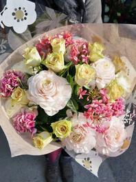 フラワーギフト・花・お祝い・誕生日 柔らかい色を束ねた優しい雰囲気の花束