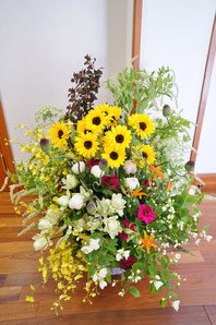 フラワーギフト・花・お祝い・アレンジ・贈り物 夏のヒマワリ畑の様なナチュラルなアレンジ