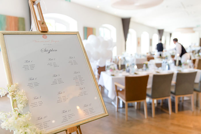 Sitzplan mit Blumenranke von der Hochzeitsagentur Efi im Seehotel Lochau