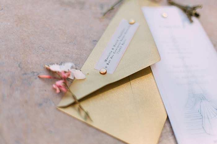 Elegante Einladungskarte in gold und rose für eine pariser Hochzeit