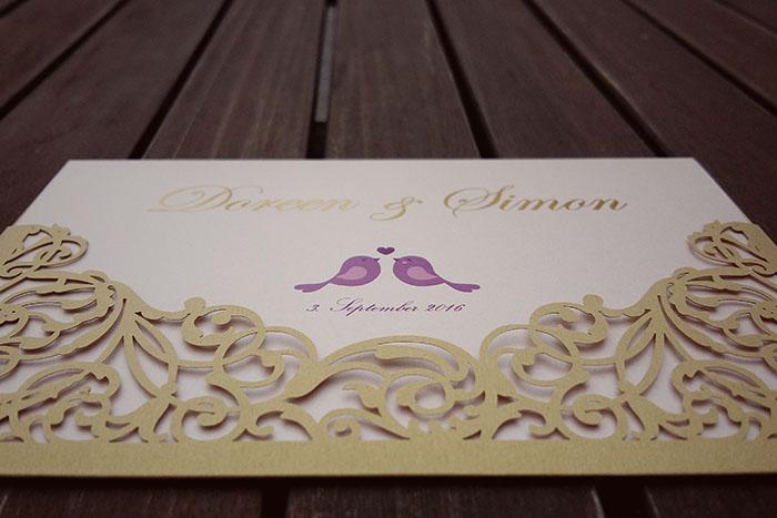 Hochzeitseinladung im Schloss Tettnang mit einer Goldprägung und einer Lasercuthülle