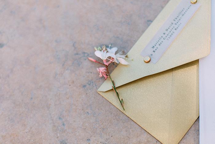 Dankeskarte mit goldenem Umschlag und transparenter Adressierung von Efi