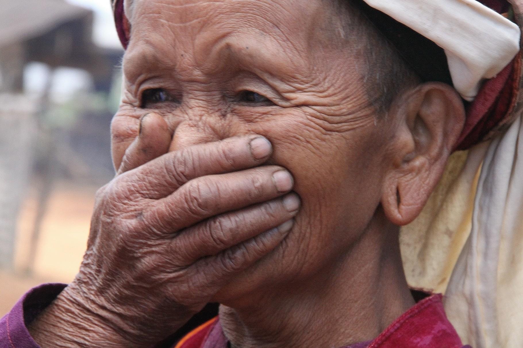 Lachende Frau mit Hand vor dem Mund, Bei Taunggyi | Myanmar