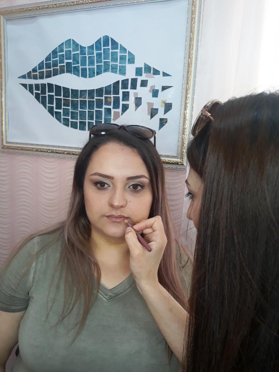 Ani - beim Lippenkonturen schminken