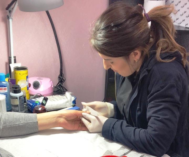 Arina - beim Nagelpfeilen