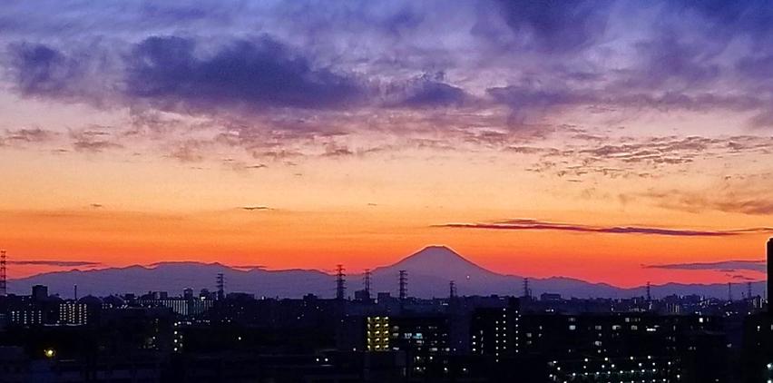 写真 戸田公園付近から見た夕焼けの富士山. 丹沢山地は富士山の左右手前,その左に箱根山がある