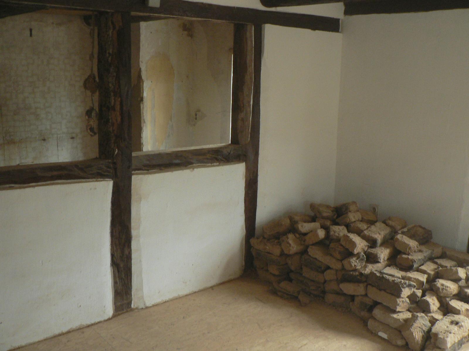 Von der neu zu schaffenden Küche aus gesehen. Die Lehmziegel brauche ich noch, um den ehemaligen Durchgang zuzumauern.