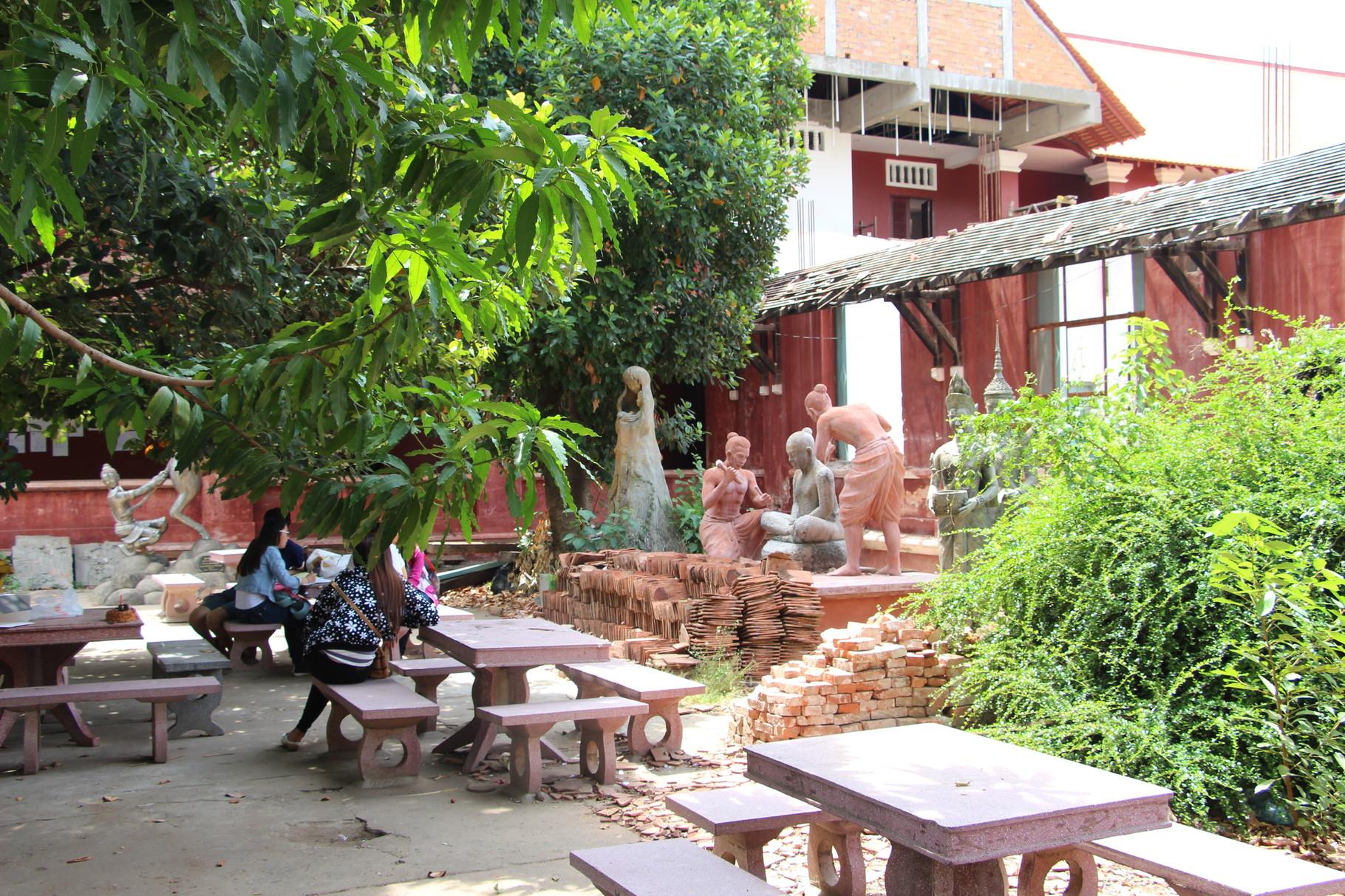 Bibliothèque en cours de rénovation et travaux d'étudiants. Photo prise par Jenna Martin.