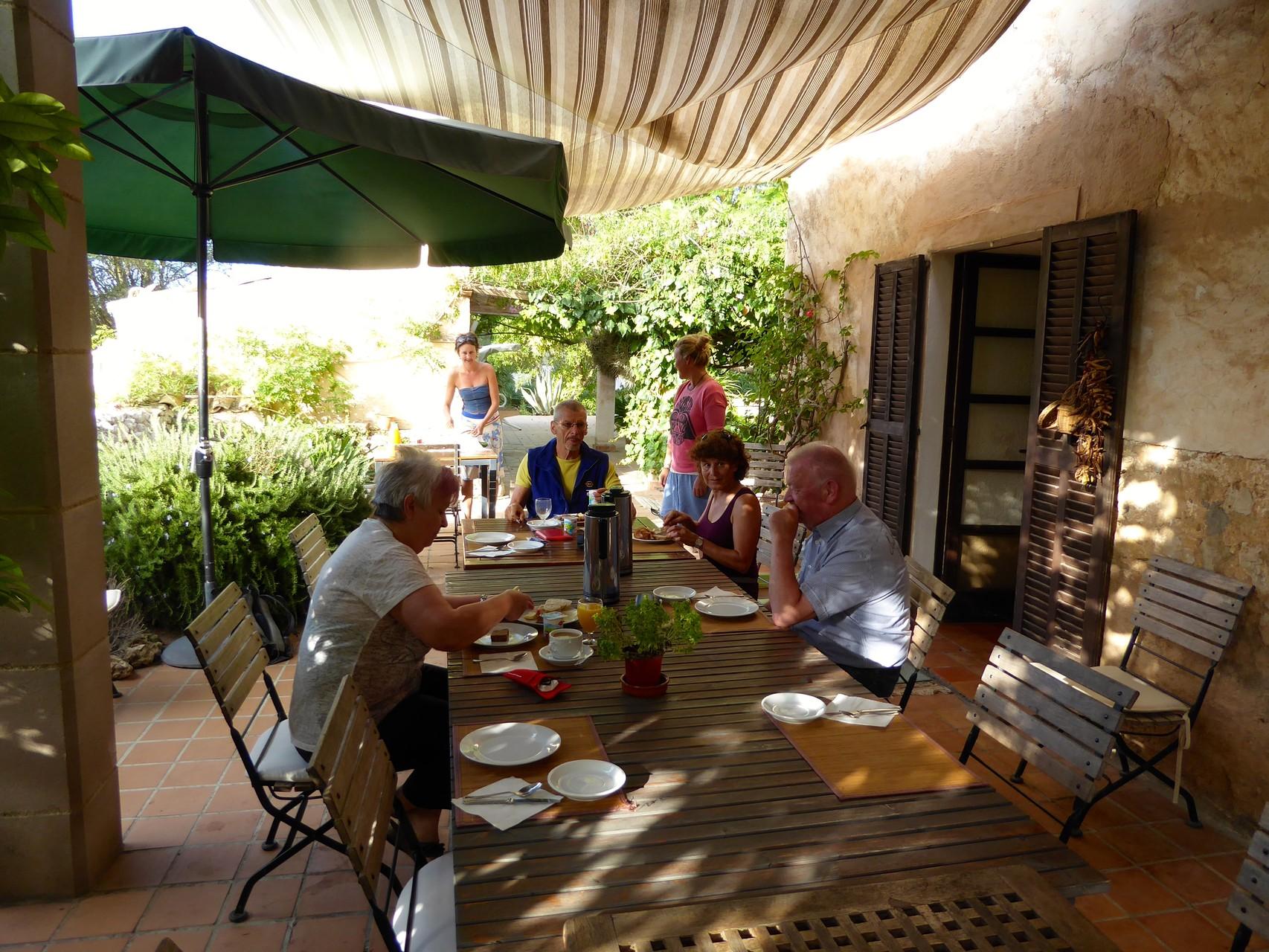 ... um neun Uhr im Hof den leckeren Brunch von Will und Yvonne geniessen.