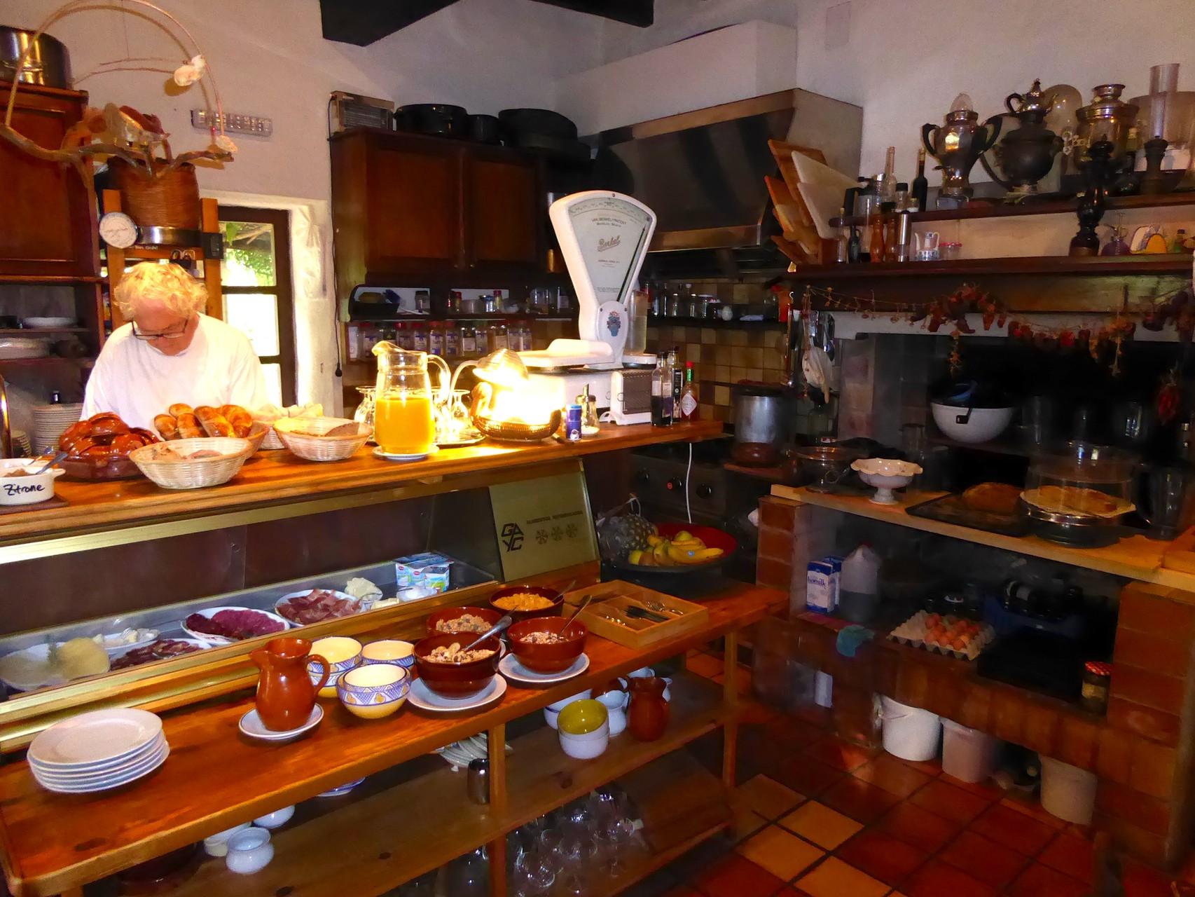 """...  tägliches Brunchbuffet mit Eiern von """"glücklichen"""" Hühnern, selbst gebackenem Brot, frischen Gipfeli, hausgemachter Marmelade, bestem Serrano-Schinken etc."""
