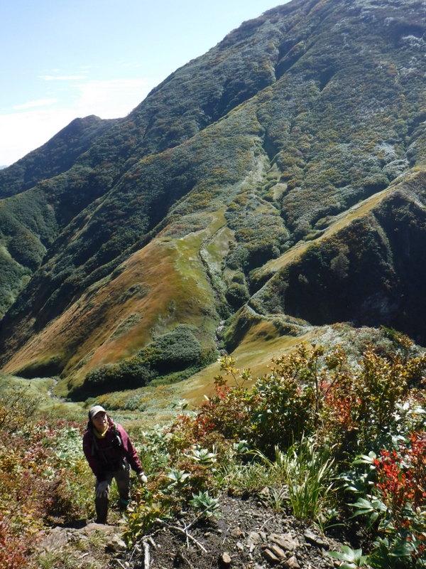 御月山稜線、中ノ岳を背に