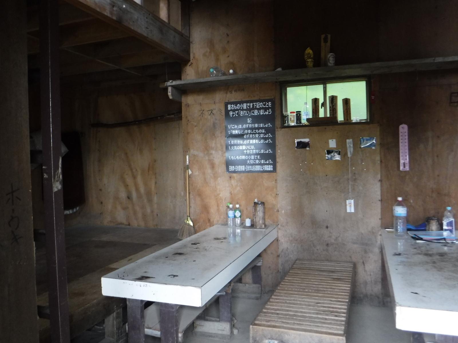 9:14 唐沢避難小屋、広いがトイレは無い 2240m