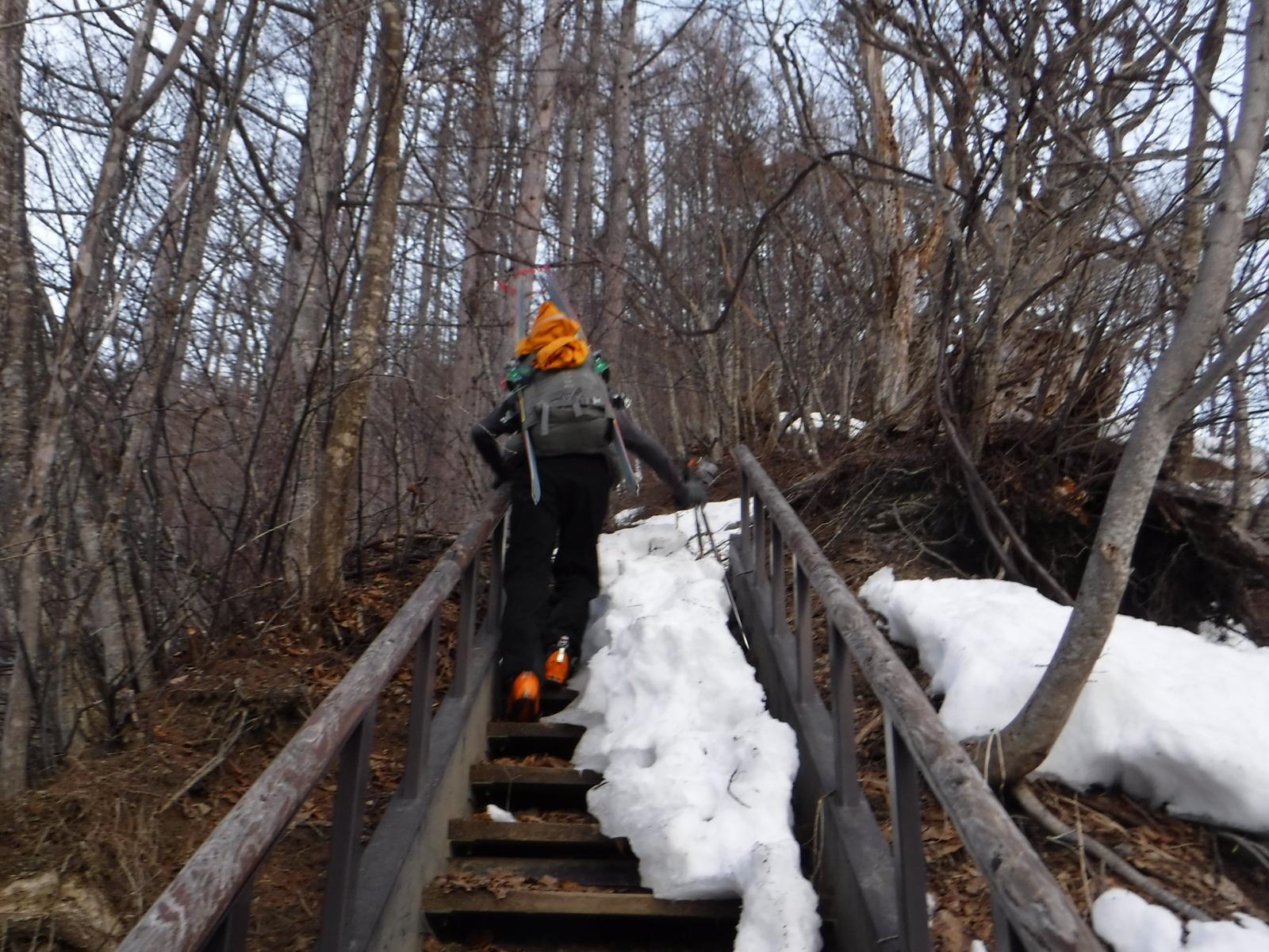 6:10 林道から登山道への取りつき。ここだけ雪が少ない