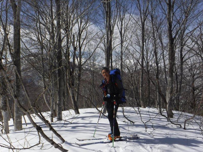 11:27 倉淵山 山頂、立ち木で展望はあまり良くない