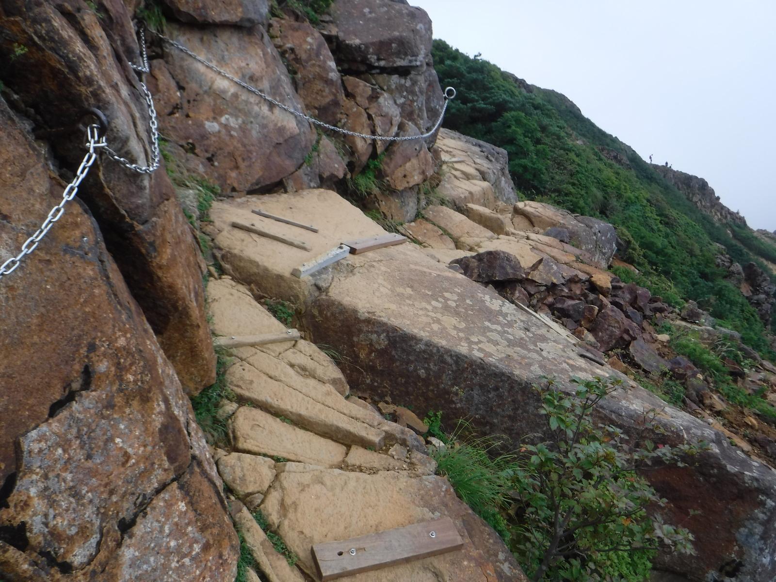 露岩に、木製のステップを固定してあり、歩きやすい