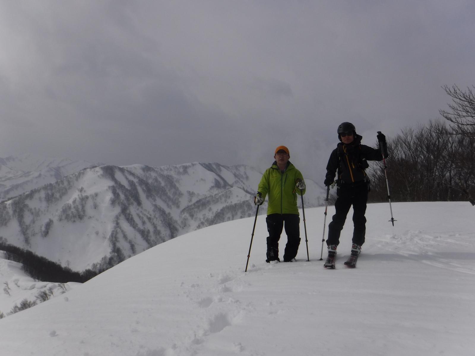 10:50 重倉山 1029m、山頂南側は雪庇
