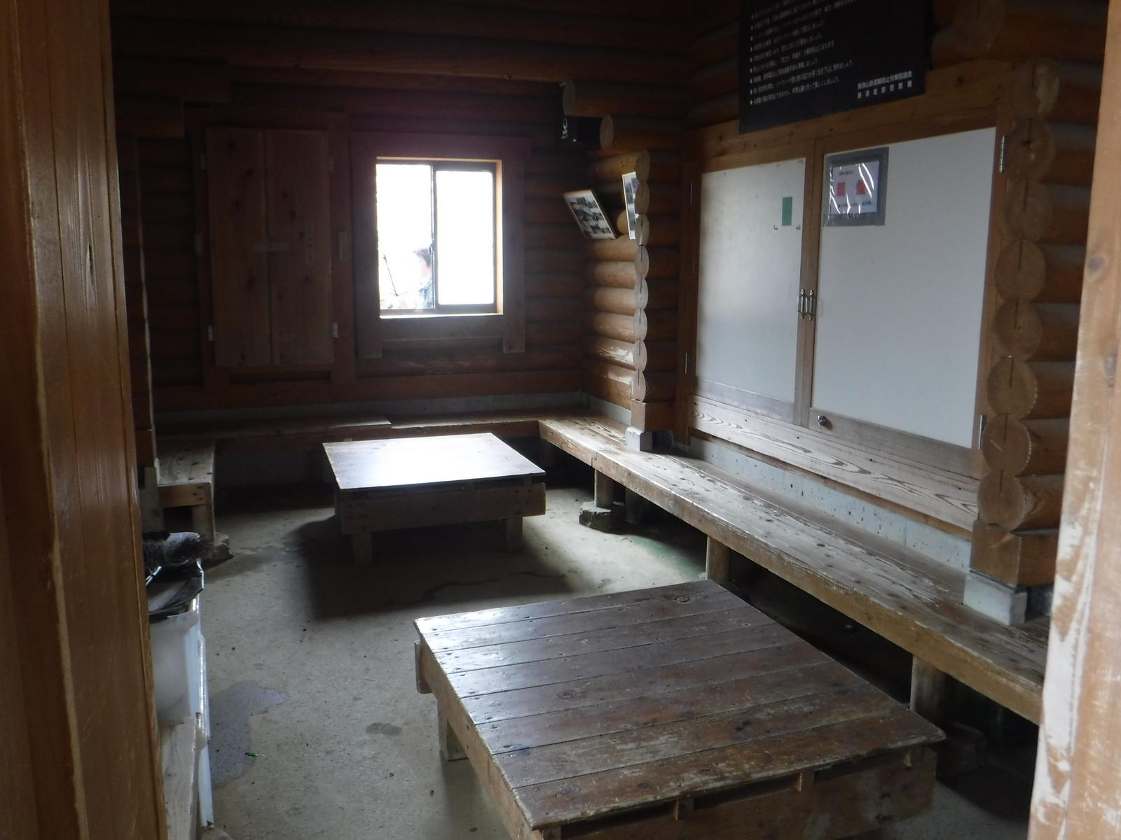 10:35 峠の茶屋跡避難小屋、頑強な造り