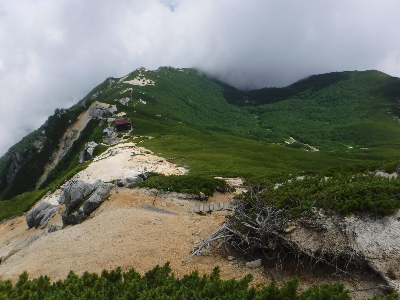 11:30 駒峰ヒュッテへ向かう、休業中だが、玄関のみ開放