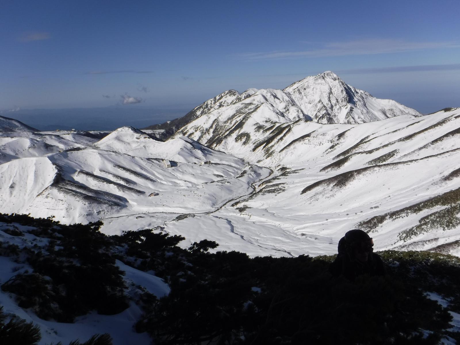 11/21 9:20 2520m付近より、大日岳、所々堅雪で少々緊張