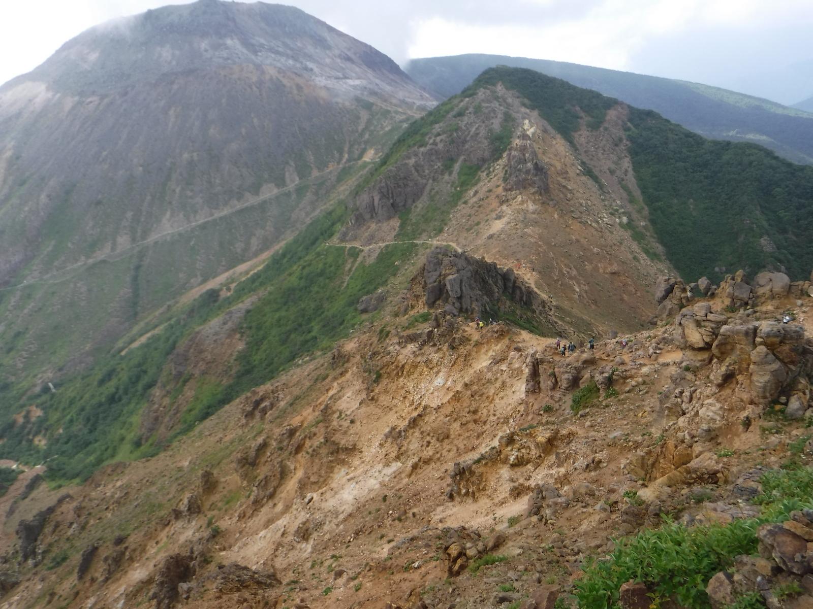 朝日岳から避難小屋への風化が激しい稜線