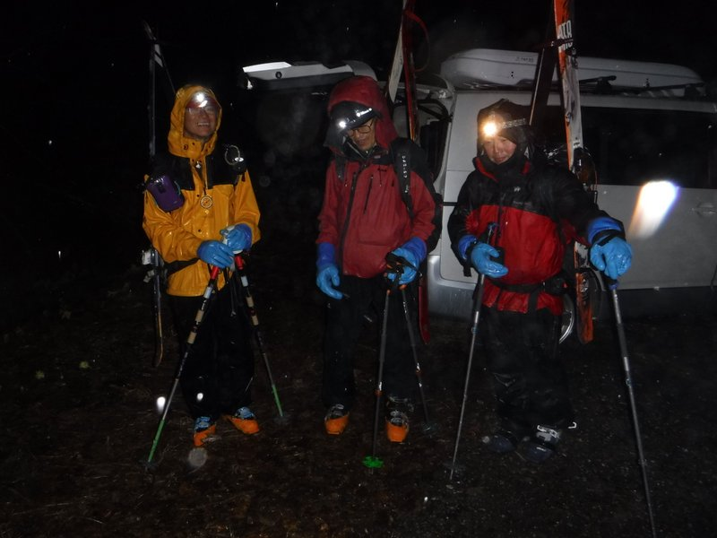 19:50 GPS、ヘッドライト、雨具 必須の用具たち