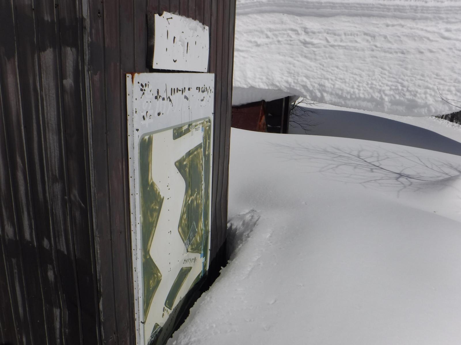 古い、旧ゲレンデコースの案内板が残る