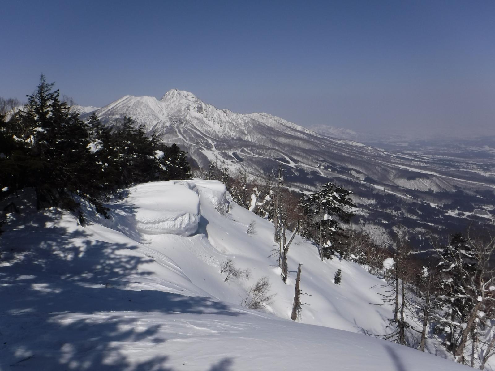稜線は雪庇の凹凸が激しく、登りにくい