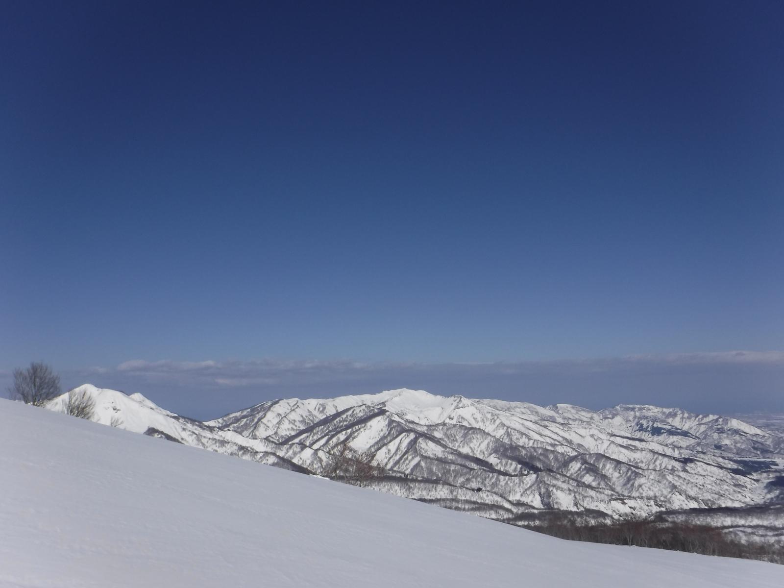 10:50 大毛無山(中央)、容雅山(左)
