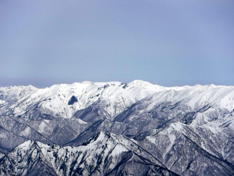 巻機山方面、中央左側が天狗岩