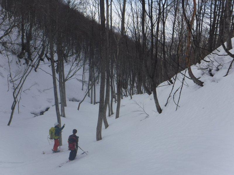 14:40 1300m付近、雪は少なめだが、日陰で雪質は悪くない