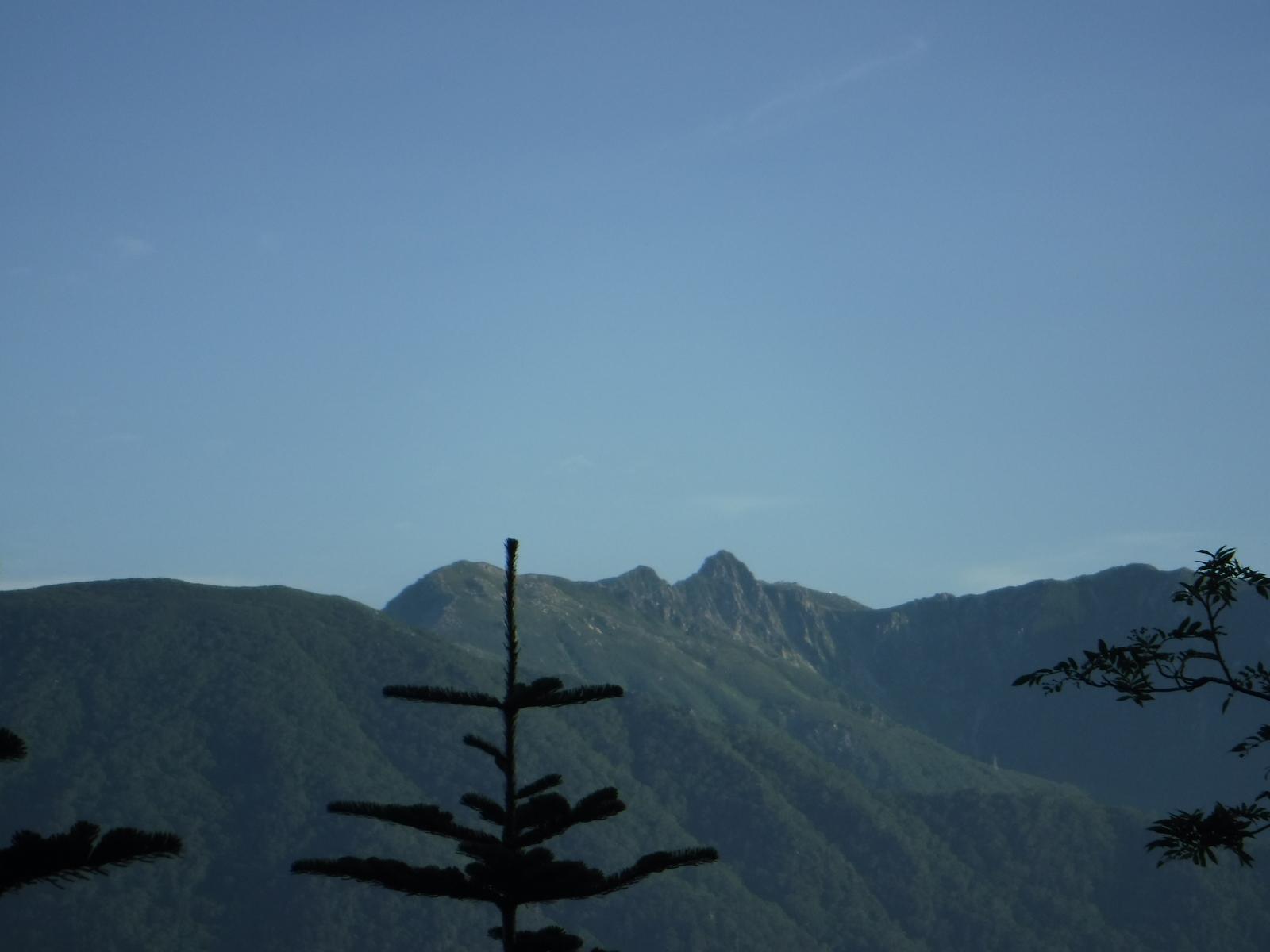 下山途中、宝剣岳が望まれる、小さなピーク