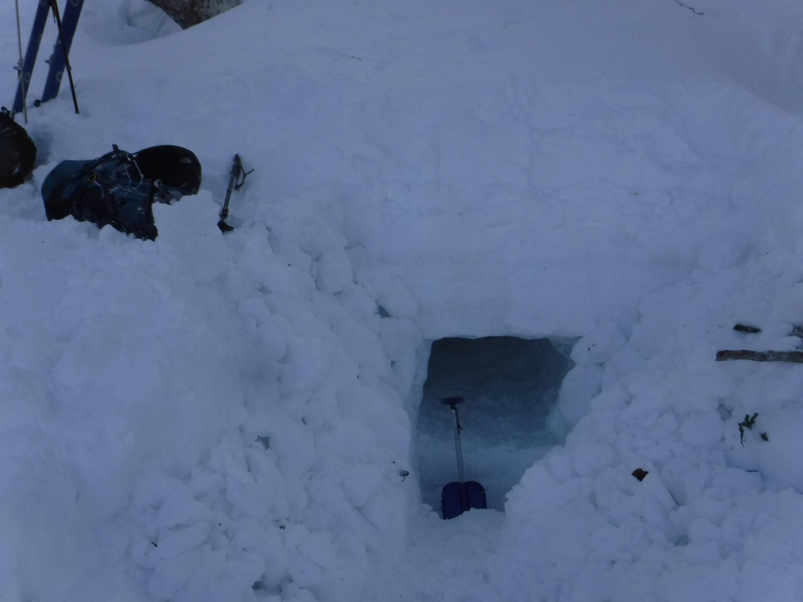 14:40 入口、長さ1m強、掘り出したブロックを周囲に積む