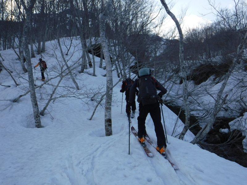 16:40 前烏帽子岳コルへの登り返し。沢が入り組んでいる