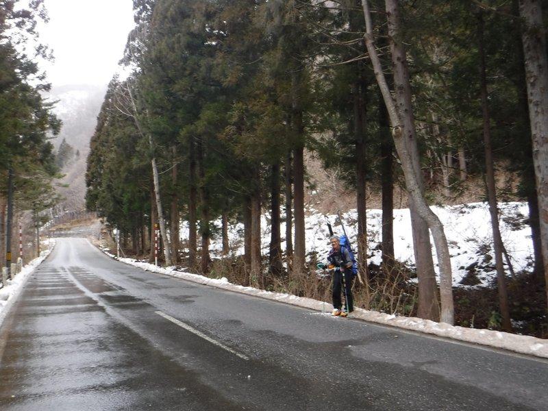 15:10 集落南側のスノーシェード先に降りた。