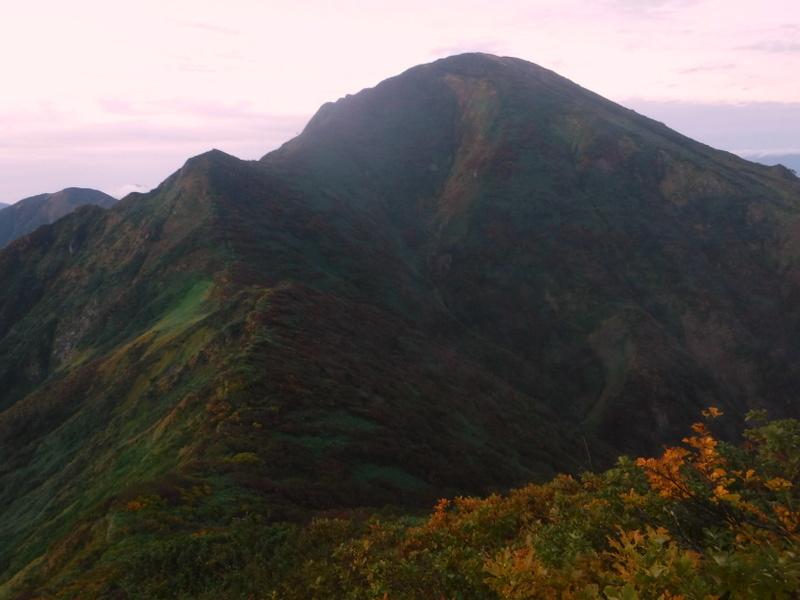 起伏が多い中ノ岳への稜線