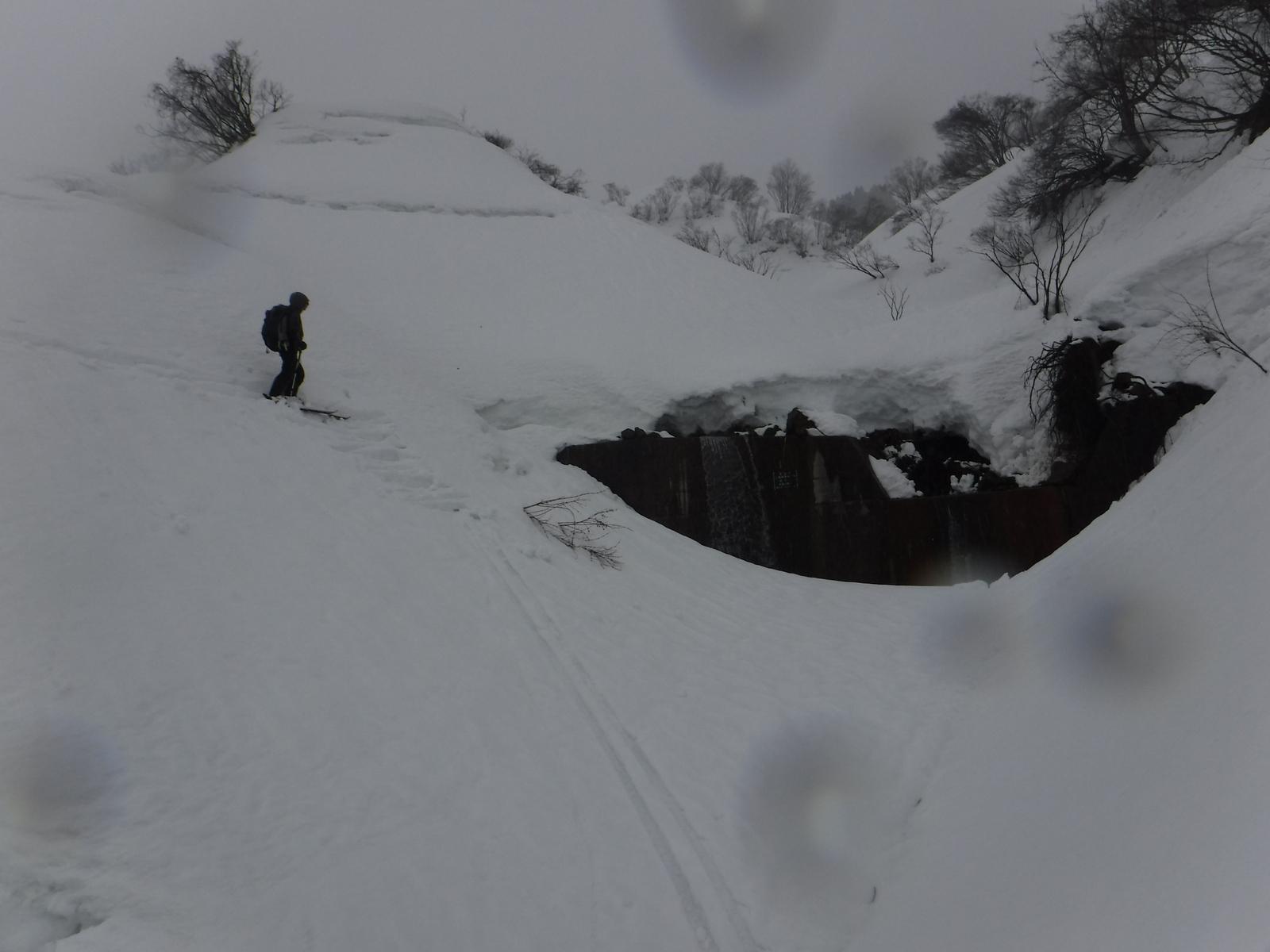 13:15 2か所目のスノーブリッジ。一気に滑って渡る 410m