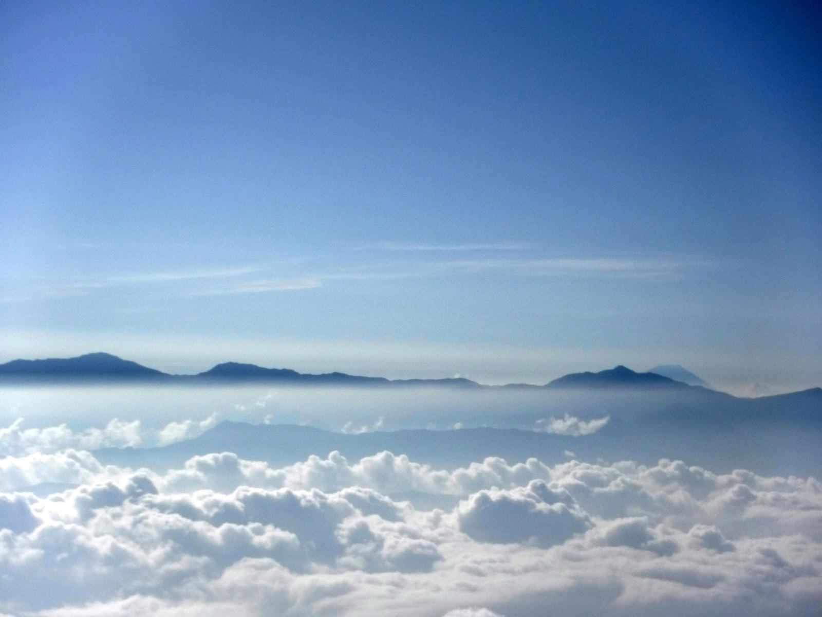 塩見岳の右側に富士山が