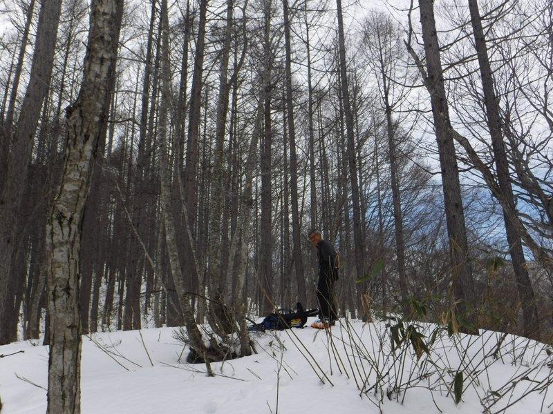 9:45 標高900mで尾根が広くなり、急に積雪が増え、板を履く