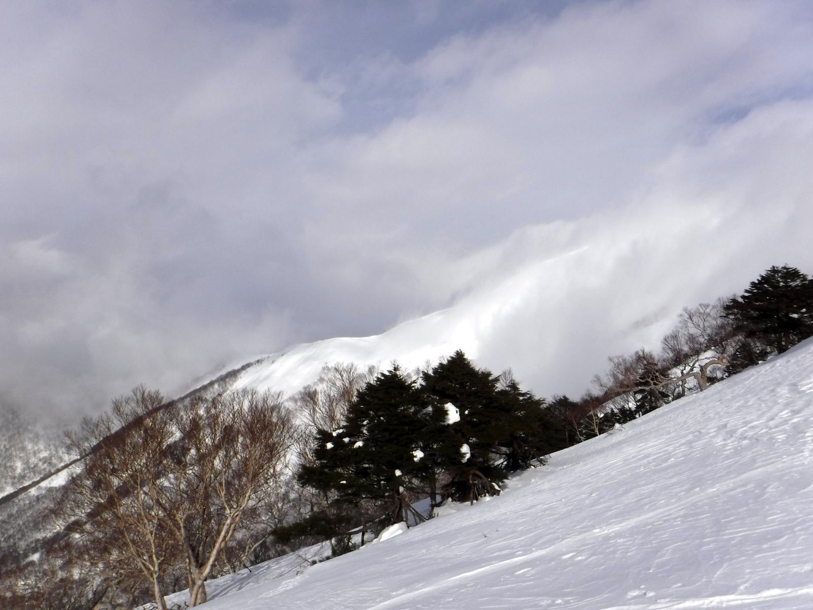 9:50 北側の稜線から雲に覆われてきた、風は弱い