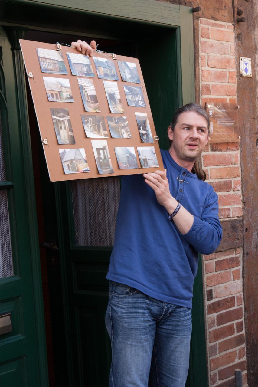Der heutige Bewohner des wahrscheinlich ältesten Hauses in Gadebiusch erklärt