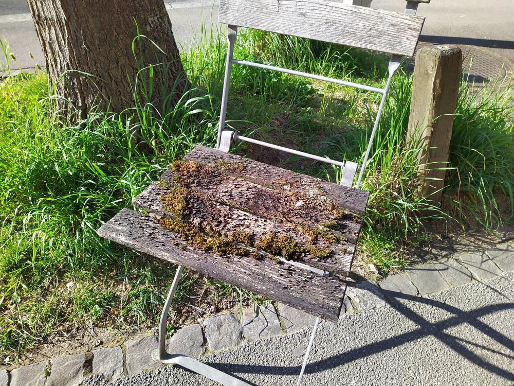 Metallstuhl mit Holzbrettli, stark verwittert