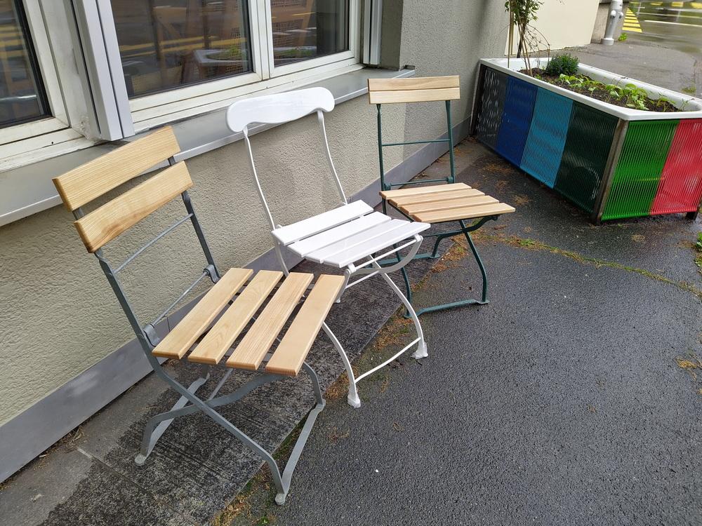 Metallstuhl mit Holzbrettli, nach Restauration