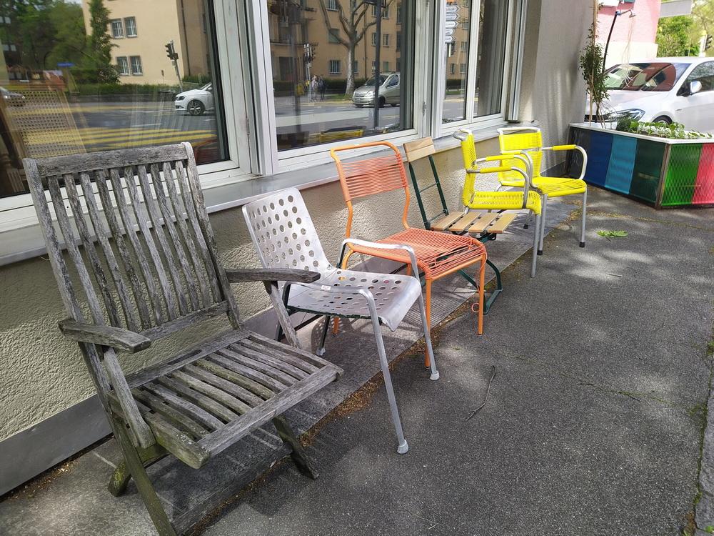 Verschiedene Gartenstühle