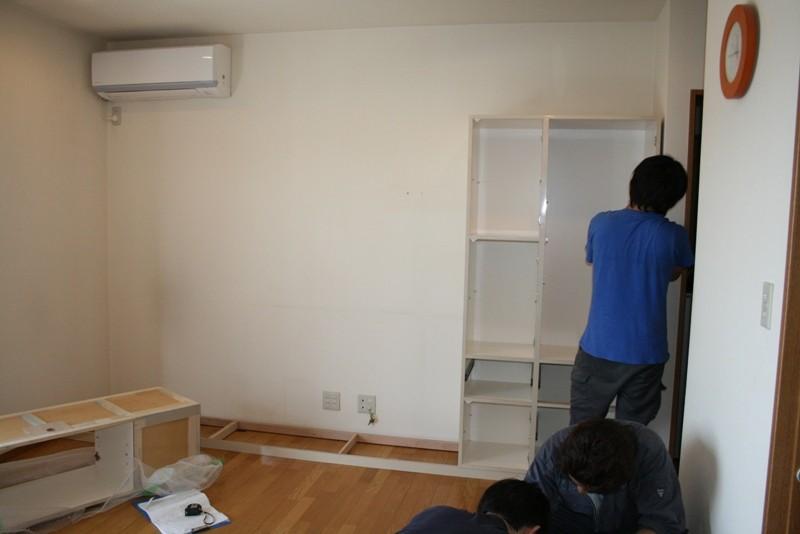 右から取り付けています。壁との隙間を調整しながら設置します。