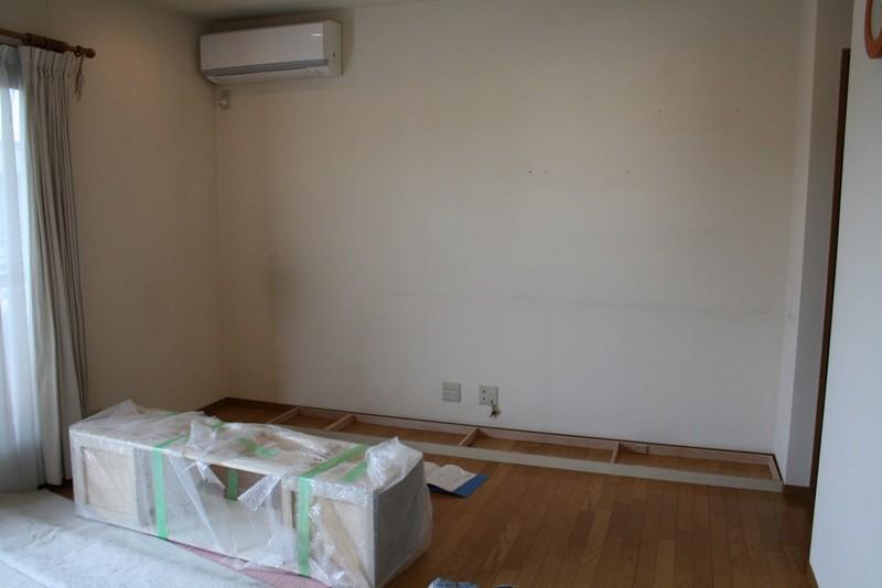 まずは土台(巾木)を設置します。床のレベルに合わせて土台を水平にします。