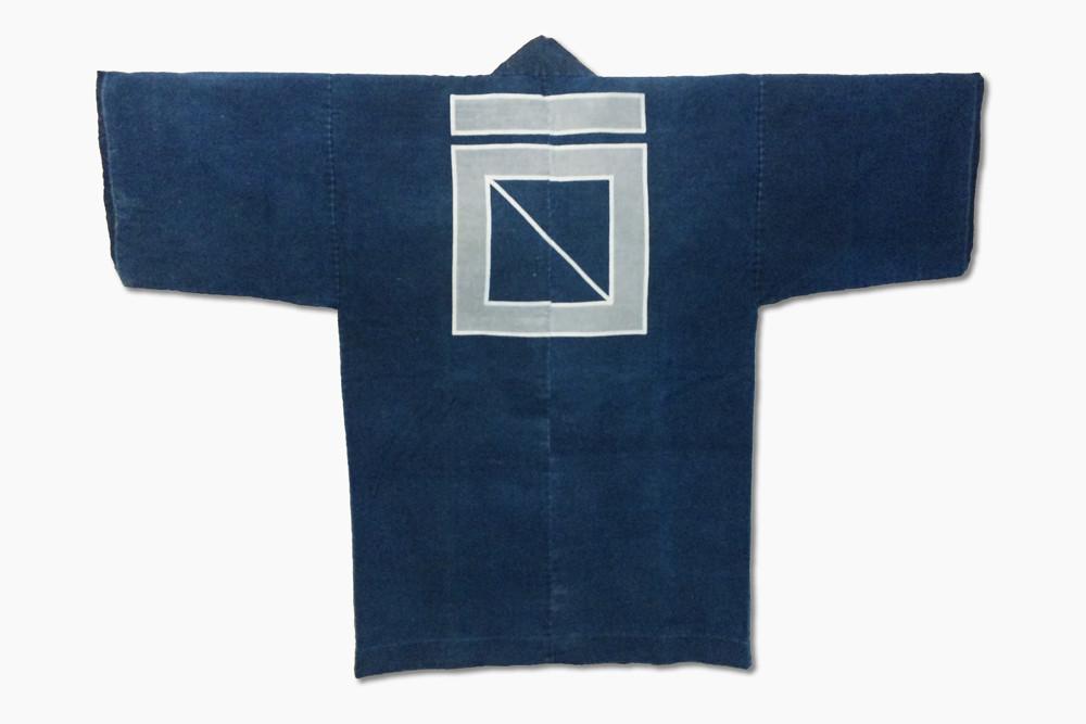 袢纏(はんてん)明治時代以前のものでしょうか、背に当店の創業時からの紋があります。