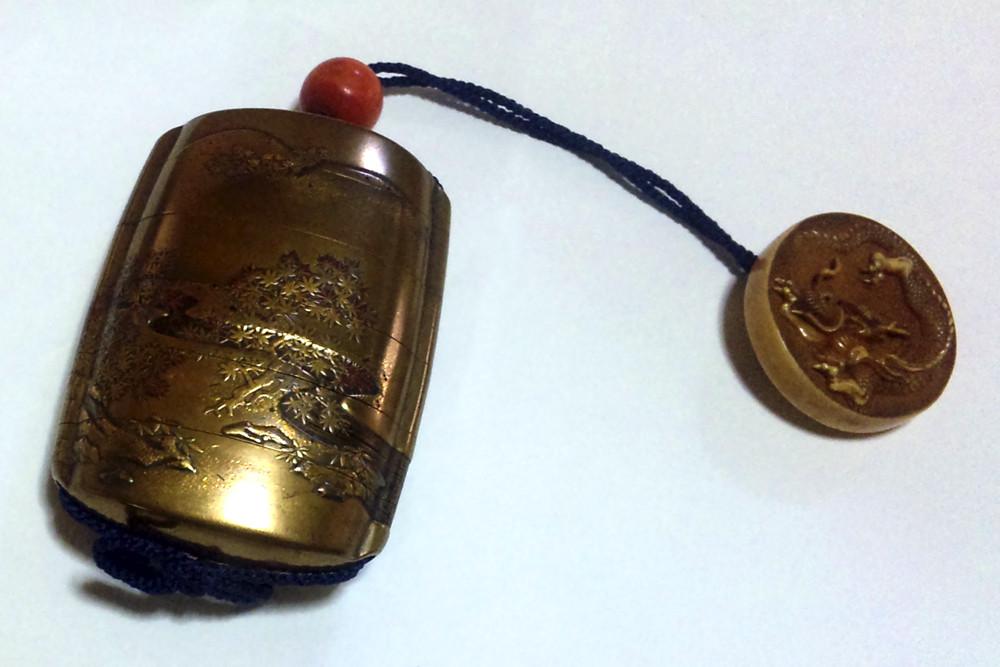 印籠(いんろう)6分割出来る金属製の小物入れです。紐の先に龍の彫刻の根付が付いています。