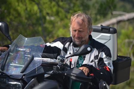 Motorradtourguide mit natürlichem Navi